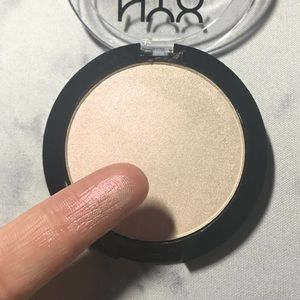 NYX // Duochromatic Highlighter (Snow Rose)